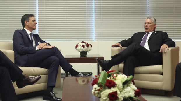 Pedro Sánchez escucha al presidente de Cuba, Miguel Díaz-Canel, en la reunión que mantuvieron en la ONU