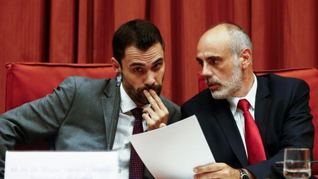 Torrent, junto al letrado, Joan Ridao, ayer en la comisión del Estatuto de los Diputados