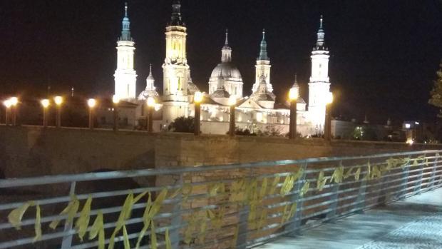 Lazos amarillos colocados junto a la zaragozana Basílica del Pilar, acto reivindicado por los «CDR de Aragón»