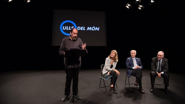 El actor Josep Maria Pou (de pie), junto a la directora de la Fundación, Núria Ramon;, el doctor Borja Coscóstegui, y el vicepresidente de la entidad, Rafael Ribo, durante la presentación de la campaña