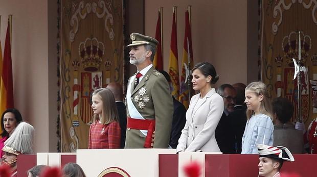 La Princesa, a la derecha del Rey, presencia el desfile militar en la Fiesta Nacional