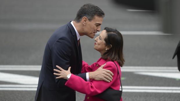 Pedro Sánchez saluda ayer a la ministraa de Defensa, Margarita Robles.