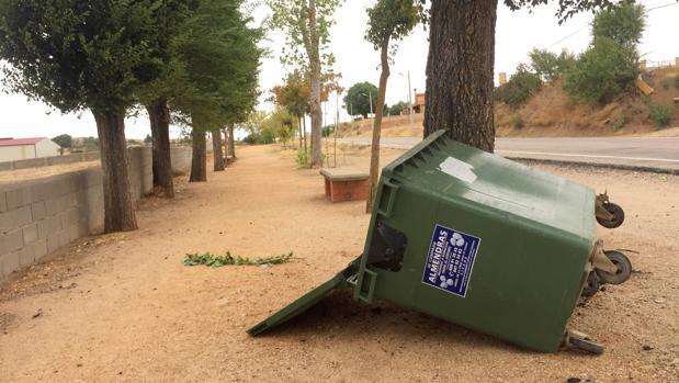 Un contenedor derribado a causa del viento provocado por el ciclón Lesley en Zamora