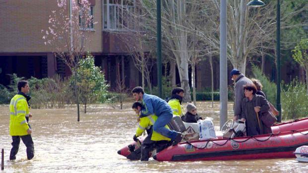 El desbordamiento del Pisuerga en 2001 obligó a desalojar a un centanar de vecinos en Valladolid