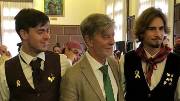El alcalde Santisteve, de la órbita de Podemos, posando sonriente con dos independentistas catalanes en una recepción ofrecida en la Casa Consistorial durante las fiestas del Pilar