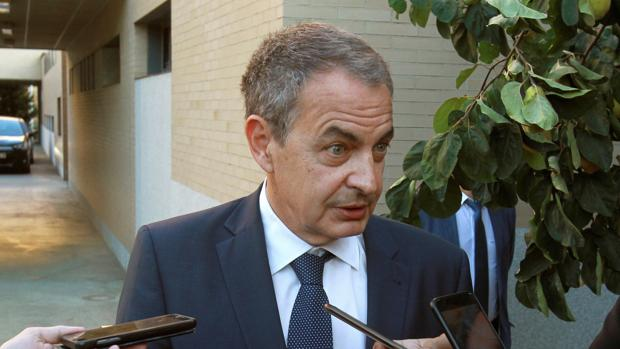 Zapatero, atiende a periodistas a su llegada al Colegio Mayor de San Bartolomé, en Salamanca, en septiembre
