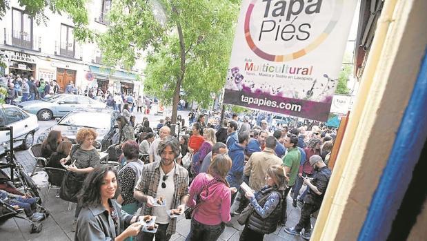 Decenas de personas disfrutan de Tapapiés. en una edición anterior