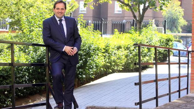 Núlñez posa para ABC en la sede toledana del PP
