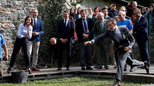 El rey Felipe, hoy en Moal, participando en un lanzamiento del bolo vaqueiro