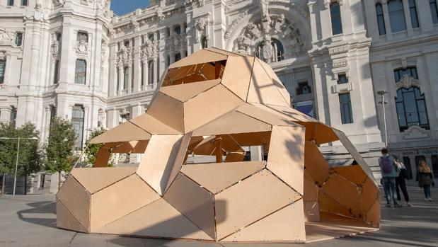 La obra Basurama, de Dagoberto Rodríguez, expuesta frente al Palacio de Cibeles