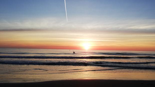 Imagen de un amanecer en la playa de Las Arenas de Valencia