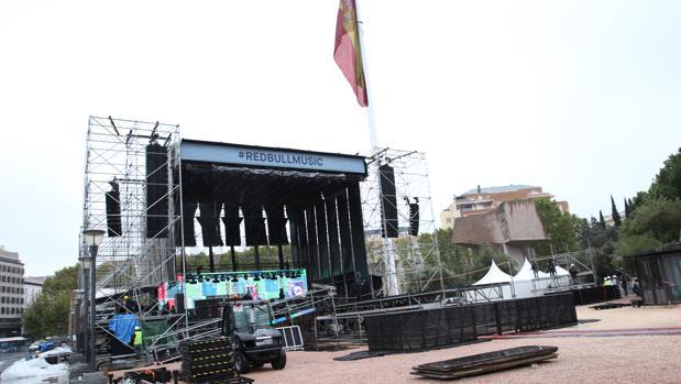 Los trabajos de montaje del escenario donde tendrá lugar la actuación
