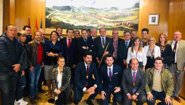 El nuevo alcalde, con el resto de concejales, Núñez y otros miembros del PP regional