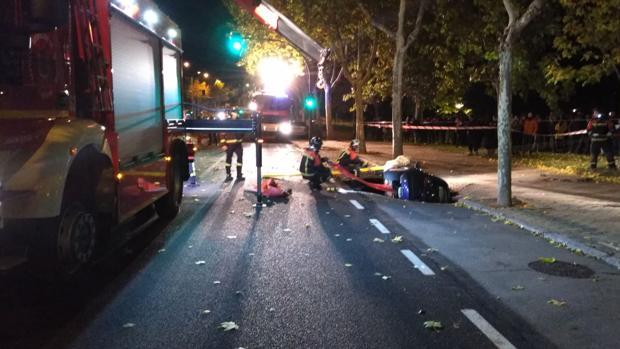 Los Bomberos de Zamora sacando el coche hundido en el asfalto
