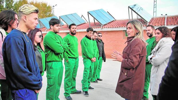 La alcaldesa con los alumnos que instalaron los paneles solares