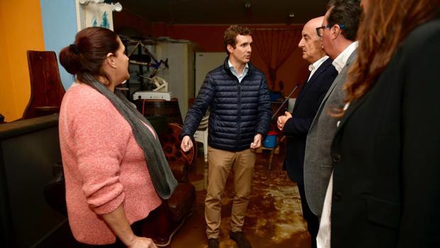 El presidente del PP, Pablo Casado, ha visitado la calle Triana de Lepe, que sufrió inundaciones