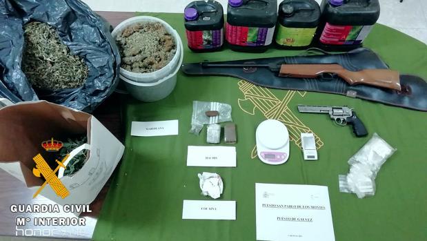 Drogas y armas intervenidas por la Guardia Civil