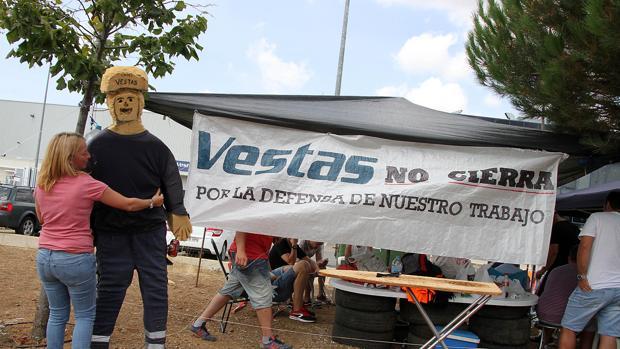 Trabajadores apostados a las puertas de la factoría Vestas en Villadangos del Páramo