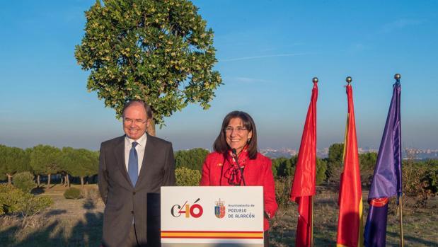 La alcaldesa, Susana Pérez Quislant, junto al presidente del Senado, Pío García Escudero