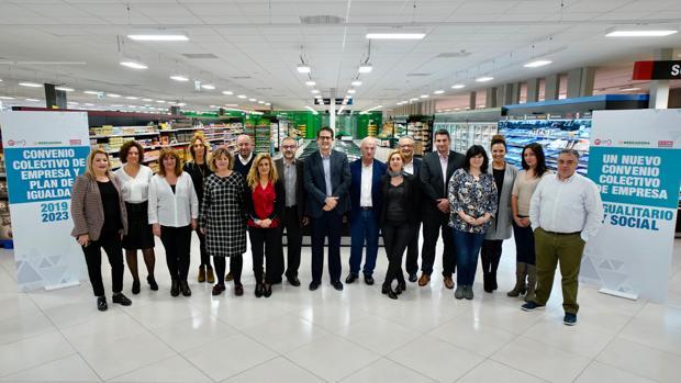 Imagen de los representantes de la empresa y los trabajadores tomada este martes en Paterna