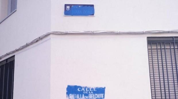 La placa de Juanda Doña, tachada y sustituida por Batalla de Belchite