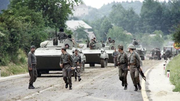 Soldados del Ejército yugoslavo, en la frontera de Eslovenia y Croacia el 3 de julio de 1991