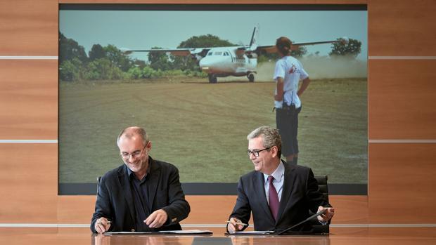 El presidente de Médicos Sin Fronteras en España, David Noguera, y el presidente de Inditex, Pablo Isla, durante la firma del convenio