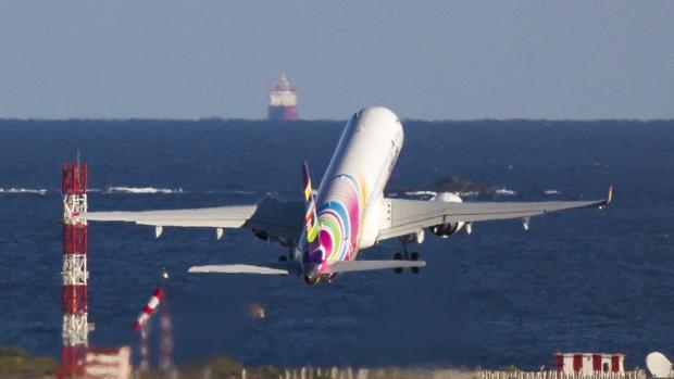Un avion despegando en el Aeropuerto de Gran Canaria