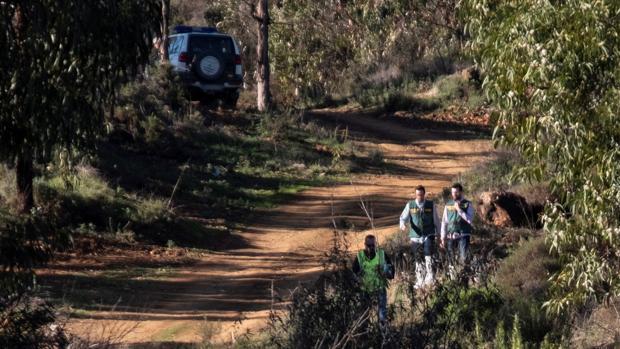 Efectivos de la Guardia Civil inspeccionan el paraje La Mimbrera en El Campillo (Huelva) donde se ha encontrado el cuerpo de la joven zamorana Laura Luelmo
