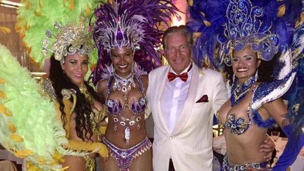 Antonio Pleguezuelos junto a unas bailarinas