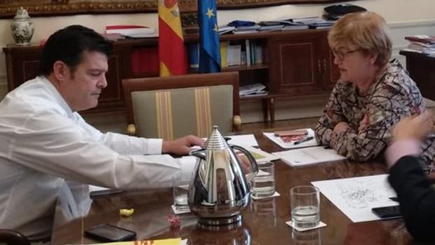 El comisionado aragonés contra la despolbación, Javier Allué, junto a la responsable estatal Isaura Leal