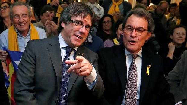 Artur Mas, junto a Carles Puigdemont, en un acto en Bruselas