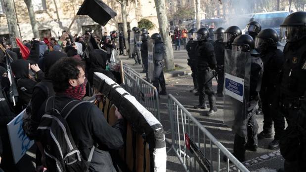 Un momento de tensión ayer en el centro de Barcelona