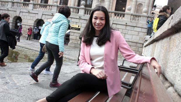 Claudia Alonso posa para ABC en la plaza del Ayuntamiento