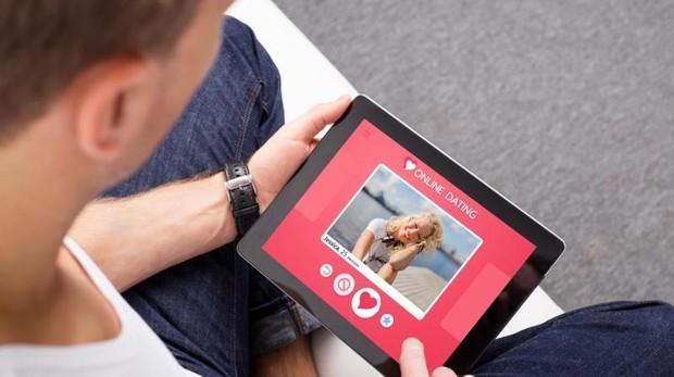 Un hombre utiliza una «app» de citas en su tableta digital