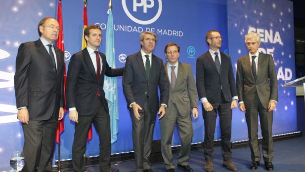 De izq. a dcha, García-Escudero, Casado, Garrido, Martínez-Almeida, Maroto y Suárz en la cena de Navidad del PP