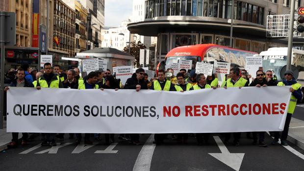 Protesta de conductores de autobuses discrecionales en la Gran Vía el 27 de diciembre de 2018