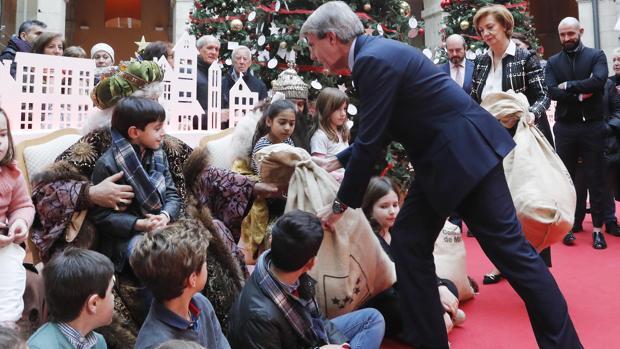 Ángel Garrido, llevando sacos de peticiones de los niños a los Reyes Magos