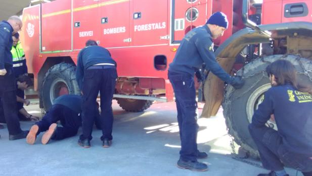 Bomberos forestales colocan cadenas en sus vehículos, este jueves en Castellón