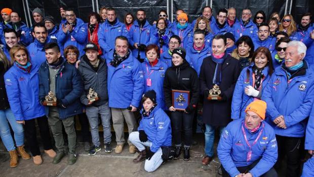 Los premiados, posan con el equipo de la organización tras el acto de clausura