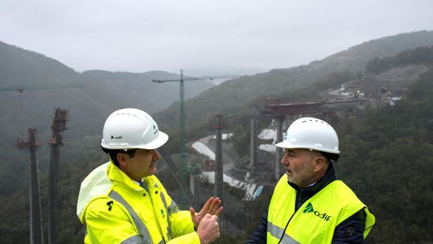 El delegado del Gobierno, Javier Losada (d), y eld irector general de Construcción de Adif, Juan Pablo Villanueva, visitan las obras del AVE en Orense