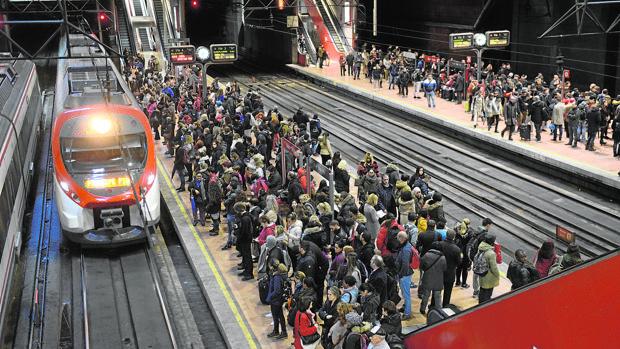 Viajeros esperando el tren en la estación de Cercanías de Atocha