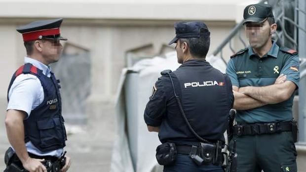 Agentes de los Mossos, el CNP y la Guardia Civil