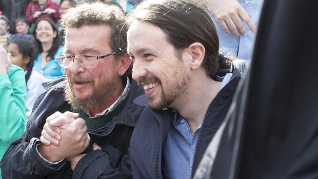 Pablo Iglesias, junto a su padre, Francisco Javier Iglesias, en un acto electoral en 2015 en Zamora