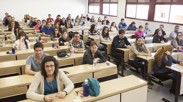 Estudiantes de MIR se preparan para hacer el examen