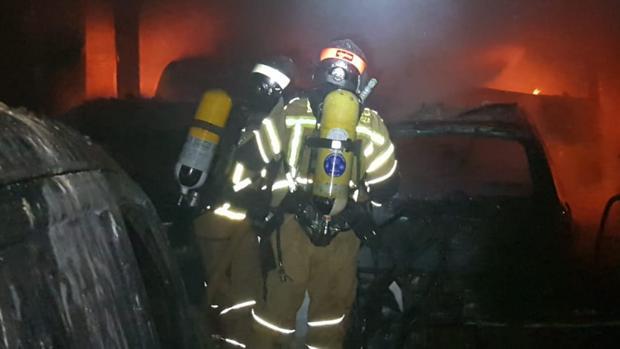 Bomberos de la Diputación de Zaragoza, durante la extinción de un incendio ocurrido hace escasa semanas