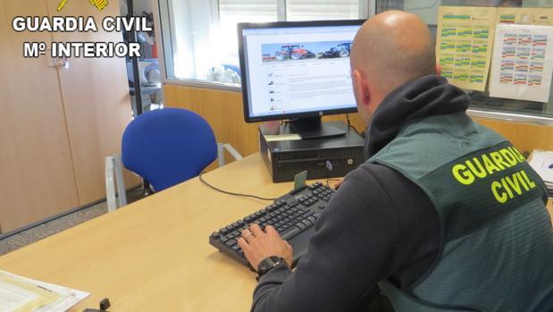 Un agente revisa una de las web fraudulentas en la operación «Argonautas»