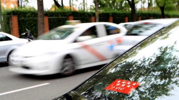 Un VTC frente a una bolsa de taxis en Madrid