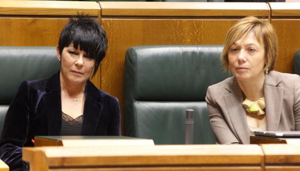 La parlamentarias de EH Bildu Maddalen Iriarte (i) y Miren Larrion (d)