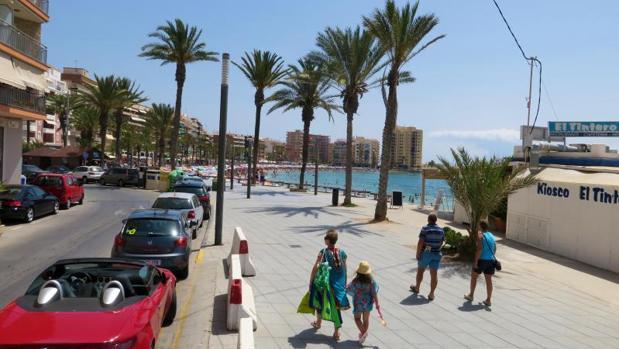 Turistas paseando por la playa del Cura en Torrevieja